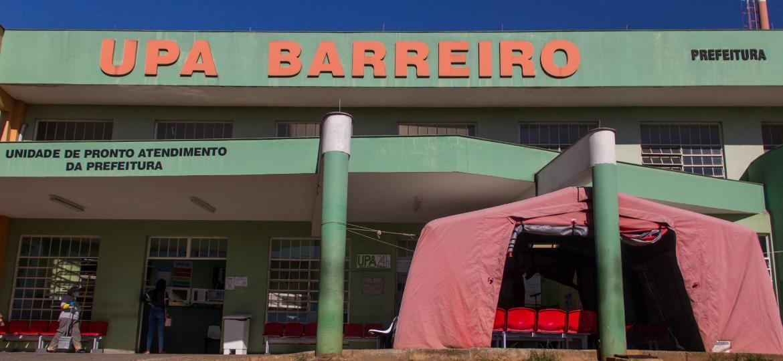 UPA Barreiro, em Belo Horizonte, ganhou uma tenda improvisada para que os pacientes com sintomas respiratórios ou de covid-19 - Juliana Baeta/UOL
