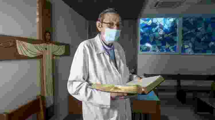 Padre João Inácio Mildner, 61, capelão do Hospital Emílio Ribas, em São Paulo - Ricardo Matsukawa/UOL - Ricardo Matsukawa/UOL