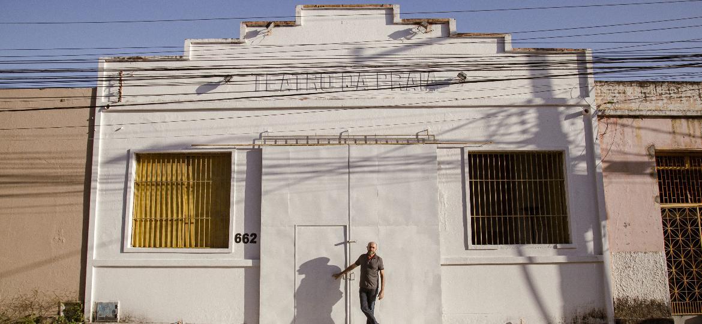 Carri Costa, ator e diretor de teatro que luta sozinho para a reconstrução do Teatro da Praia, após desabamento do teto - Marília Camelo/UOL