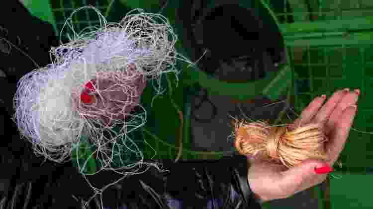 Empresária alemã Birgit Weiss mostra a quantidade de material necessário para amarrar um abeto, usando uma corda de plástico e outra feita de cânhamo biodegradável, na Bavária (Alemanha) - Peter Kneffel/Getty Images - Peter Kneffel/Getty Images