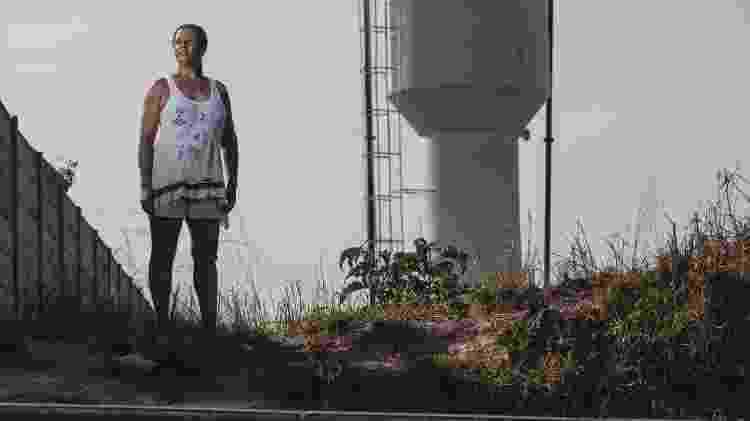 Rosiney de Oliveira Martins em frente a caixa dágua no bairro Santo Antônio, em Sarzedo (MG), que sofre com a falta d'água - Alexandre Rezende/UOL - Alexandre Rezende/UOL