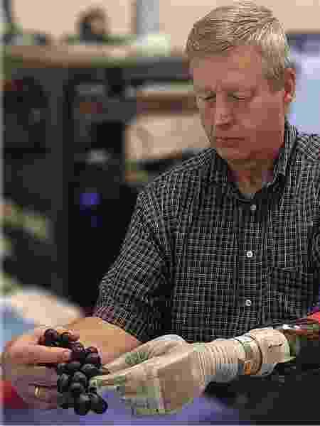 Keven Walgamott agora pode sentir 119 sensações de toque diferentes através da prótese, como se fosse seu próprio membro - University of Utah Center for Neural Interfaces/Divulgação