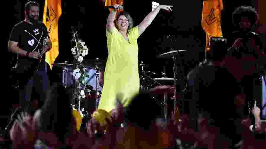 Com toda sua discografia no formato ao vivo, Marília Mendonça impulsiona o hábito do brasileiro em ouvir um álbum na íntegra. Na foto, show na Praça da Estação, em Belo Horizonte - Flavio Tavares / O Tempo