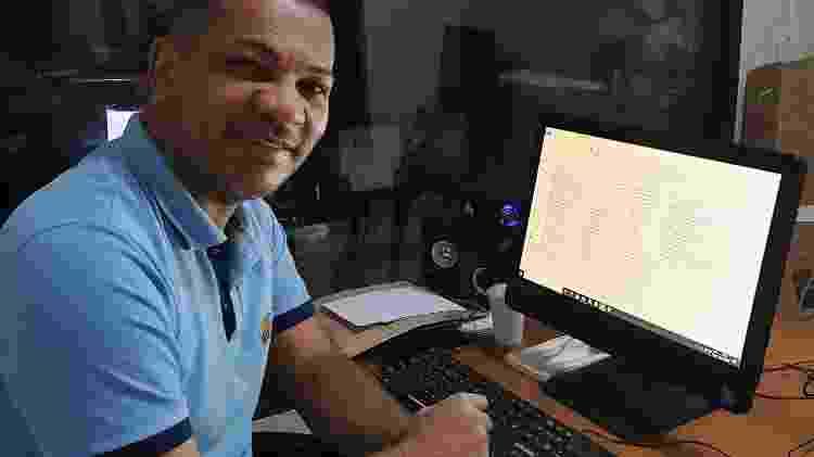 Edson Rabelo, diretor artístico de programação da Supra FM, em Brasília - Tainá Andrade/UOL - Tainá Andrade/UOL