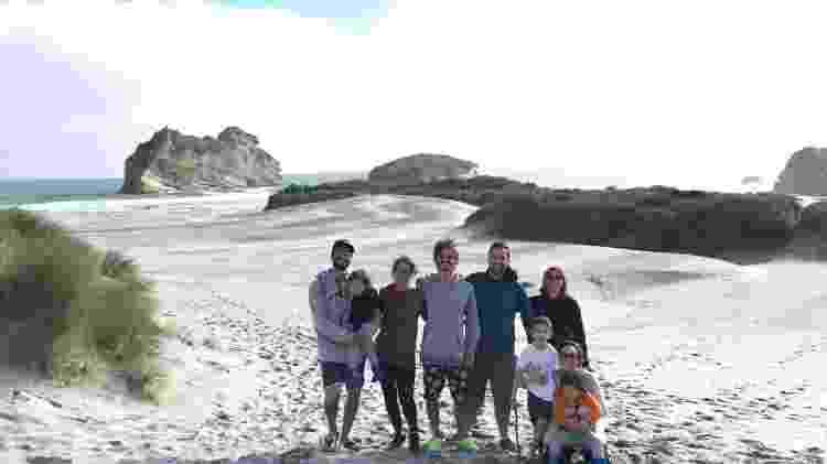 Ivan Gomes do Vale (no centro da foto) usou máscara pela primeira vez em dezembro, quando pegou um avião para visitar os irmãos e a mãe (todos na foto) no fim do ano - Ivan Gomes do Vale/Acervo pessoal - Ivan Gomes do Vale/Acervo pessoal
