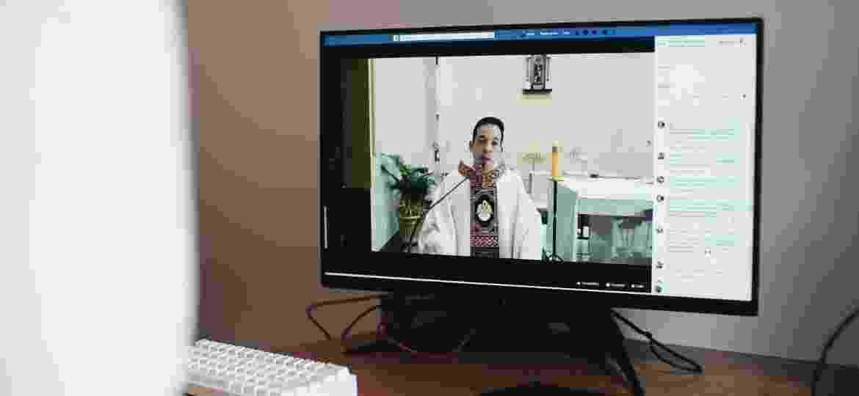 Padre Carlos Garcia, durante missa online da paróquia de São Roque, em Taquarituba (SP) - André Nery/UOL