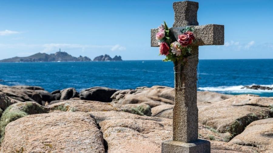Cruz próxima ao farol da Costa da Morte, em memória de um navegante, na Galícia (Espanha) - Xurxo Lobato/Getty Images
