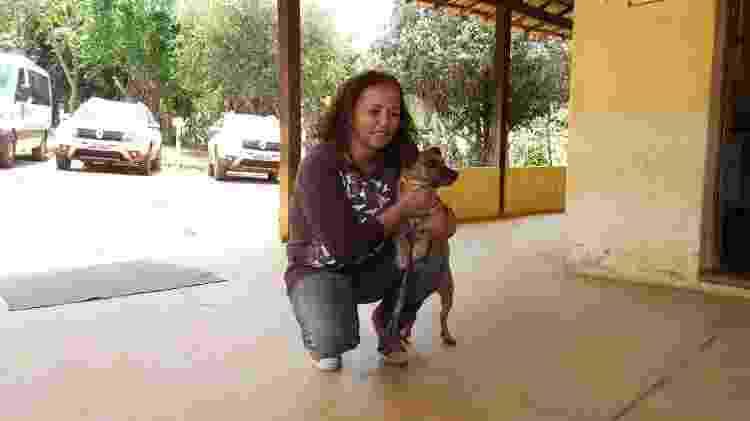 Luzia Queiroz e o Tobi, cachorro comunitário de Paracatu de Baixo. Hoje, o cachorro fica em uma fazendo junto de outros animais retirados de Paracatu. - Arquivo pessoal - Arquivo pessoal