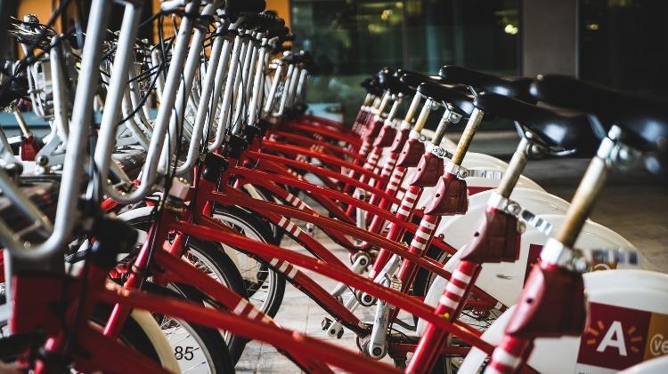 As bicicletas compartilhadas, que viraram um dos símbolos da economia do compartilhamento, são um exemplo de serviço que pode até ganhar força - Mika Baumeister/Unsplash