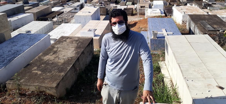 Breno Baeta no cemitério municipal de Cristiano Otoni - Manuel Marçal/UOL