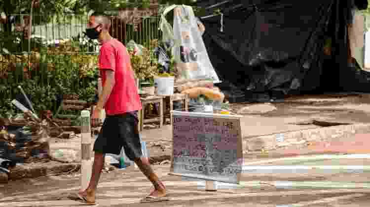 Igor Roseno de Sousa da Silva, que está vivendo na rua, perto da Universidade Estadual do Ceará - Marília Camelo/UOL - Marília Camelo/UOL