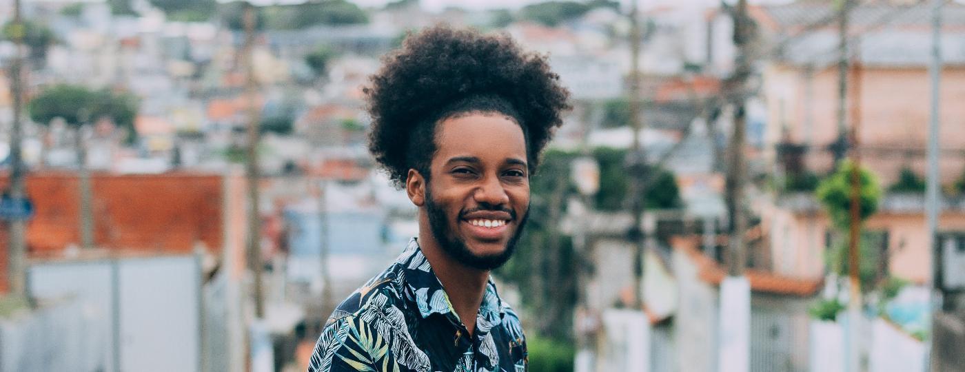 O cantor e comediante Esdras Saturnino foi o primeiro criador de conteúdo negro a bater um milhão no TikTok - Divulgação