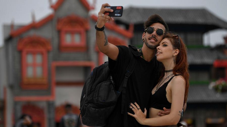 Casal tira selfie na entrada do festival Rock in Rio 2019 - Mauro Pimentel/AFP