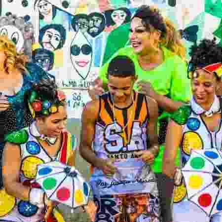 A drag queen Jurema Fox (à direita) no passinho do brega-funk - Divulgação - Divulgação