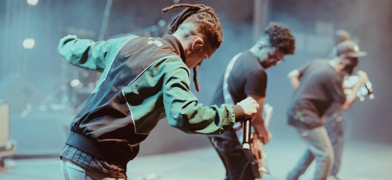 """Rafa Dias e o ÀTTØØXXÁ: """"Uma das coisas que a música brasileira faz, sobretudo a baiana, é uma comunicação ancestral com o corpo, não precisa você falar. Bateu um """"gravão"""" ali, comunicou"""" - Ândrea Possamai/Divulgação"""
