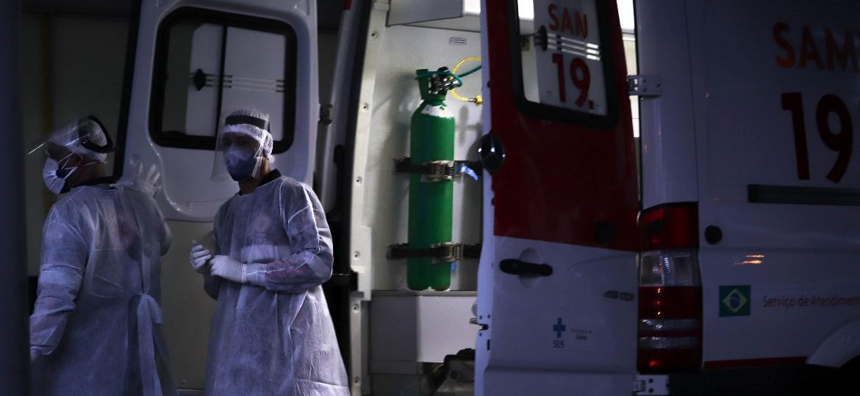 Os técnicos de enfermagem Jonas Burdo Jr e Jonatan de Souza no Hospital Florianópolis  - Isadora Camargo/UOL