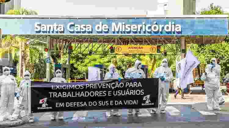 Membros do Sindesaude do Rio Grande do Sul protestam por prevenção para trabalhadores e usuários, em frente à Santa Casa, em Porto Alegre - Evandro Leal/Ag Freelancer/Folhapress - Evandro Leal/Ag Freelancer/Folhapress