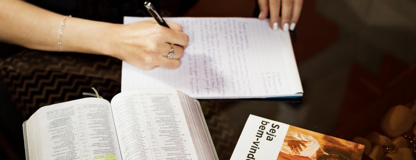 Cartas e ligações continuam firme como uma forma de evangelização para as testemunhas de Jeová - Pryscilla K./UOL