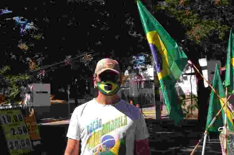 Rodrigo Eustáquio trabalha com construção civil e participa do acampamento em frente a um batalhão de infantaria de Belo Horizonte - Nina Rocha/UOL - Nina Rocha/UOL