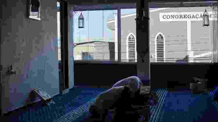 Muçulmanos da mesquita Sumayyah durante o Ars, oração da tarde, às 15h10, período em que um objeto e sua sombra têm o mesmo tamanho - Camila Svenson/UOL - Camila Svenson/UOL