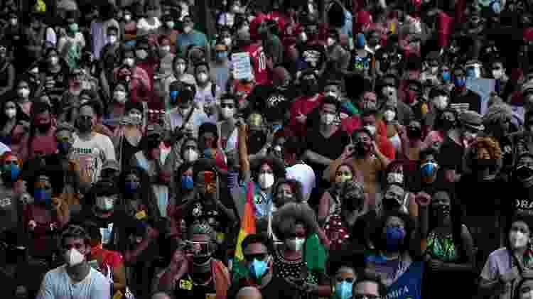 Manifestantes no centro do Rio, em protesto contra o governo de Jair Bolsonaro - Zô Guimarães/UOL - Zô Guimarães/UOL