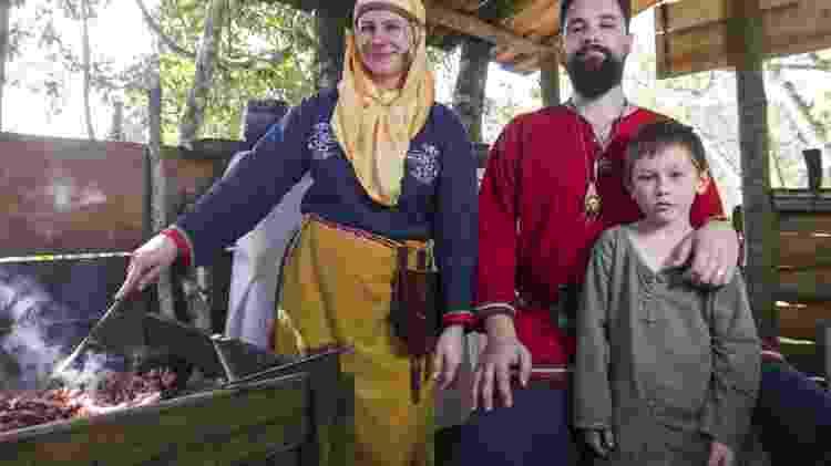 Cintia Leite, Johann Gomig e seu filho William na Vila Viking Brasil, em Juquitiba (SP) - Ricardo Matsukawa/UOL - Ricardo Matsukawa/UOL