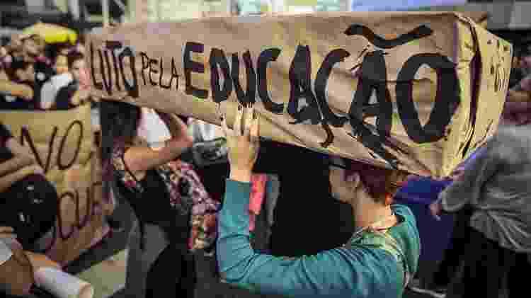 Manifestantes contra os cortes no orçamento da educação realizam ato na zona oeste de São Paulo - Jardiel Carvalho/Folhapress