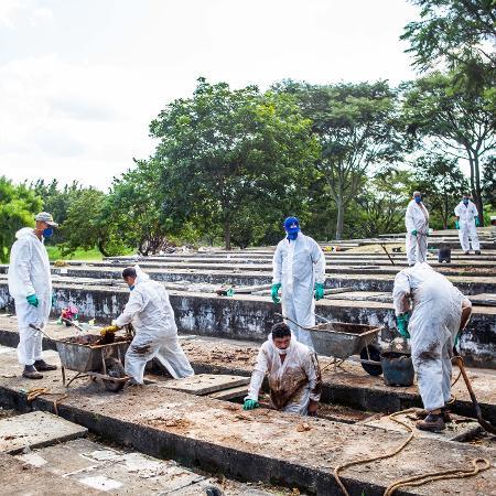 Funcionários trabalham para liberar covas no cemitério fechado para enterros em São Paulo; Março foi o mês com maior mortalidade da pandemia de covid-19 no Brasil, mas o cenário pode ficar ainda pior - Edson Lopes Jr