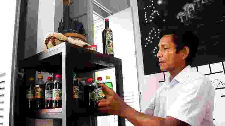 João Paulo mostra produtos e remédios à venda no Centro de Medicina Indígena - Nathalie Brasil/UOL - Nathalie Brasil/UOL