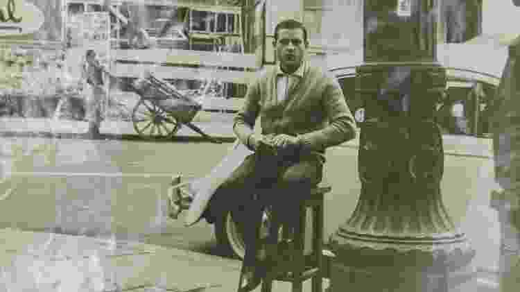 Salvador Neves, na frente da primeira banca em 1964 - Mariana Pekin/UOL - Mariana Pekin/UOL