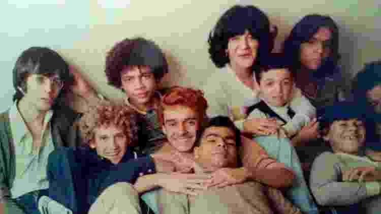 Jorge Julião (de cabelos vermelhos) reuniu o elenco de ''Pixote'' em sua casa após o lançamento do filme  - Acervo pessoal de Jorge Julião - Acervo pessoal de Jorge Julião