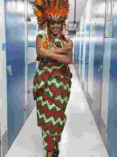 Rita Stylus, no galpão onde guarda os materiais e as fantasias, em Nou Barris - Taiza Brito/UOL - Taiza Brito/UOL