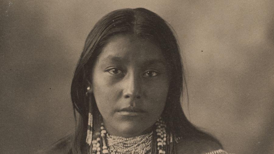 Hattie Tom, indígena Apache, em foto de 1898 - Boston Public Library/Unsplash