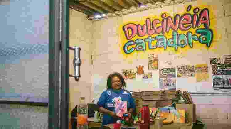 Maria Silva exibe as unhas feitas em mais um dia de trabalho na Cooper Glicério, em São Paulo - André Giorgi/UOL - André Giorgi/UOL