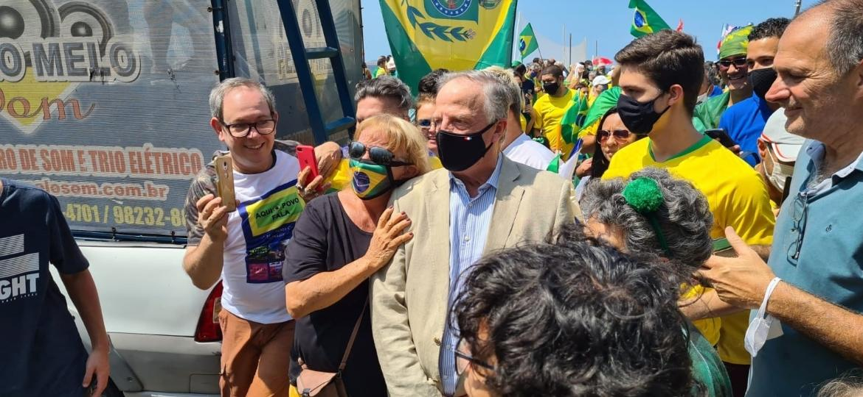 Manifestantes tentam tirar uma selfie com Antônio João de Orléans e Bragança, no Sete de Setembro, no Rio - Elisa Soupin/UOL