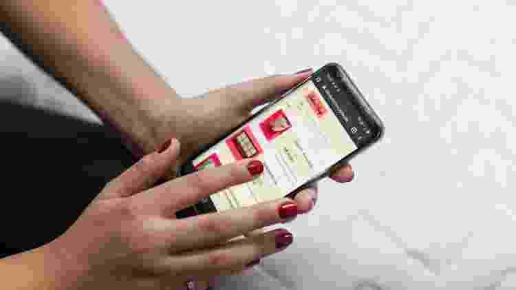 Thaís Coutinho, 31, mostra na tela do celular o site de sua sex shop online, Blind Sexy - Pryscilla K./UOL - Pryscilla K./UOL