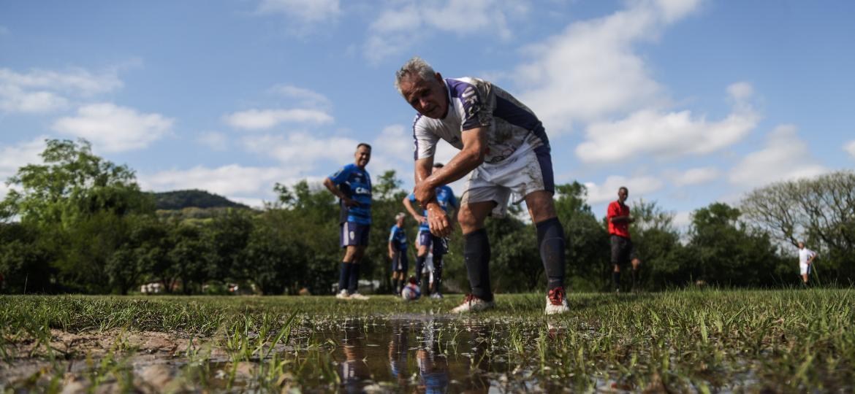 Volta do intervalo entre Avaí x Assufsm pelo campeonato dos veteranos de Santa Maria (RS). O campo, ainda molhado da chuva da véspera, não foi impeditivo - Renan Mattos/UOL