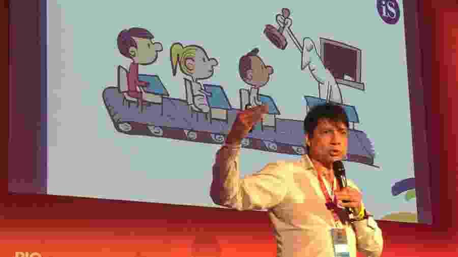 O professor Miguel Thompson mostra como é a educação estilo fordista no evento de criatividade Rio2c - Andréia Lago/Eder Content