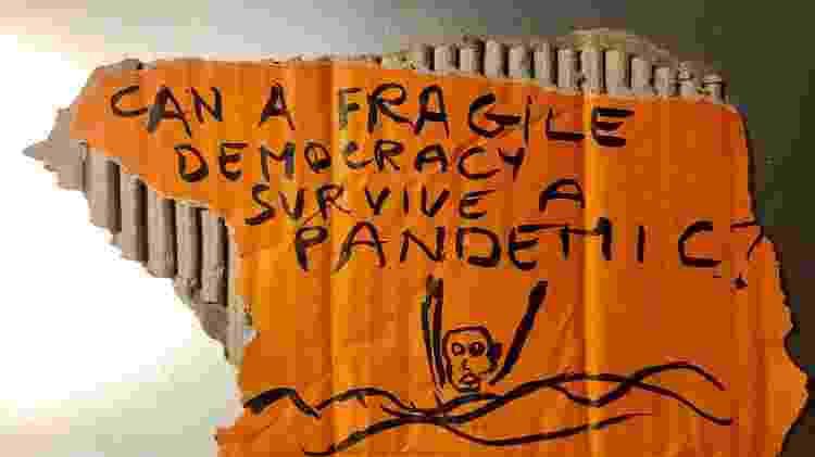 """""""Pode uma democracia frágil sobreviver a uma pandemia?"""", arte de Thierry Geoffroy - Divulgação"""