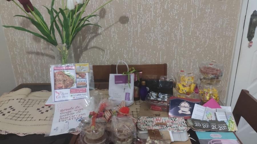 A mesa cheia de prendas de Darci Patrício, ganhadora do bingo online - Arquivo pessoal