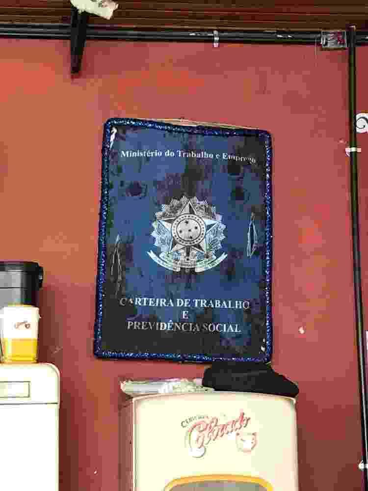 Carteira de trabalho ampliada no bar Casa Porto, no Rio - Bruno Calixto/UOL - Bruno Calixto/UOL