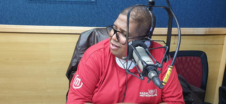"""Alex Blau Blau, apresentador do """"Histórias de Amor"""" da rádio Metrópoles, em Brasília - Tainá Andrade/UOL"""