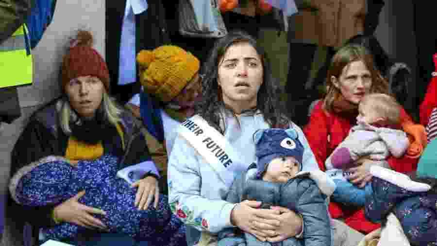 Mães do movimento Extinction Rebellion protestam com seus filhos às portas do Partido Brexit, em Londres, antes das eleições gerais - Steve Taylor/SOPA Images/LightRocket via Getty Images