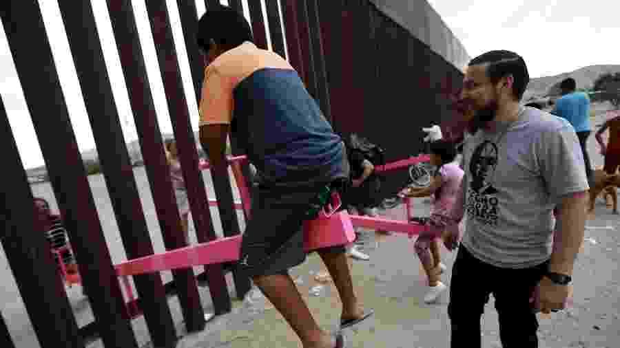 Gangorras atravessam o muro da fronteira entre Estados Unidos e México - Xinhua/Christian Torres