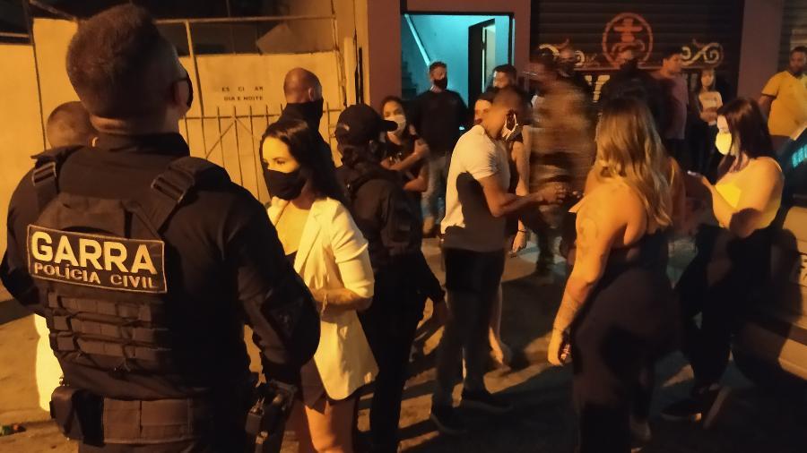 Polícia interrompe festa em tabacaria da Frequesia do Ó, zona norte de São Paulo, durante período em que governo decretou toque de recolher - Rodrigo Bertolotto/UOL