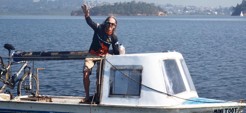 João Carlos Batista, 63, construiu um barco para atravessar a represa Guarapiranga e ir trabalhar - Felipe Reis/UOL