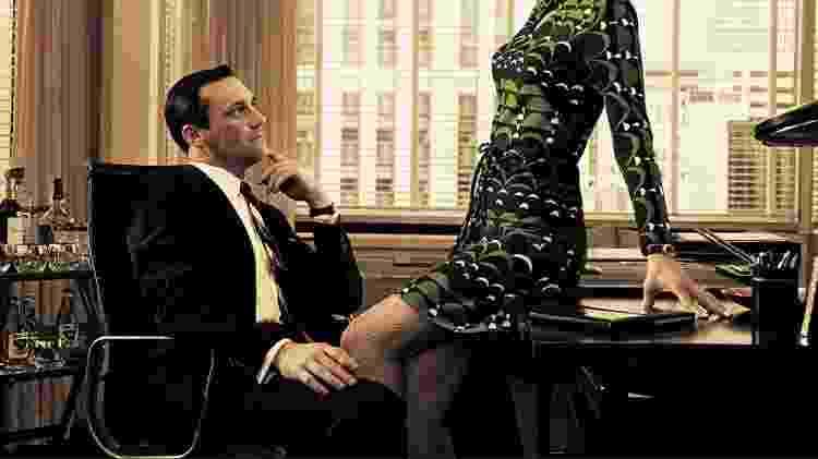 O personagem Don Drapper (Jon Hamm) em mais uma de suas peripécias no escritório do seriado Mad Men - Divulgação