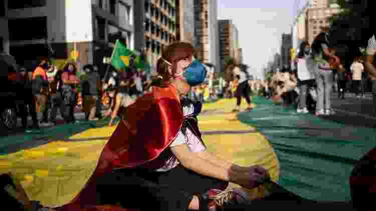 Mulher em manifestação pedindo o impeachment de Jair Bolsonaro, em São Paulo - André Porto/UOL - André Porto/UOL