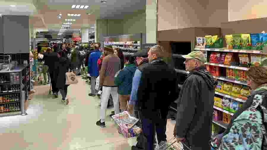 Pessoas fazem fila em supermercado de Londres - John Cameron/Unsplash
