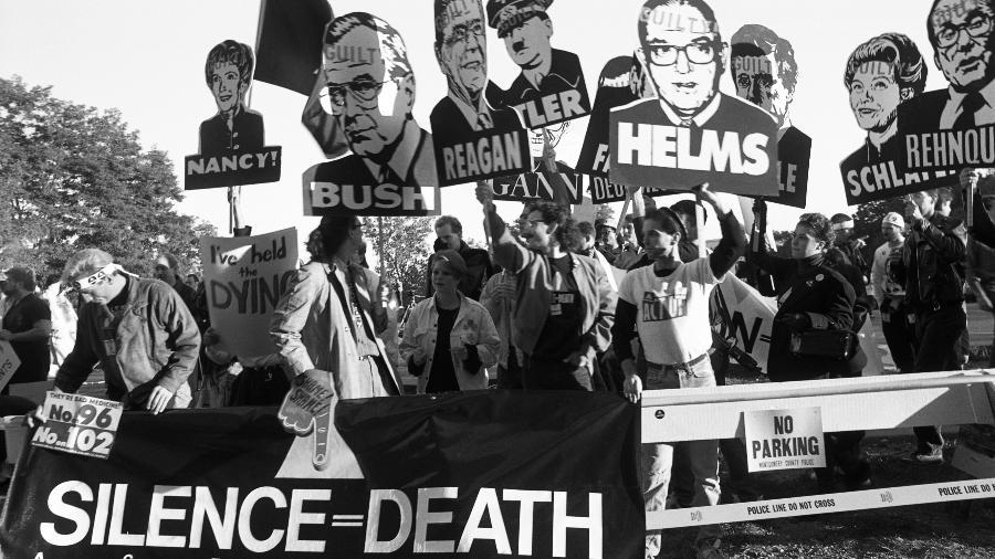 """Em 1988, ativistas cobram ratamento e pesquisas de remédios contra aids; eles usam como slogan a frase """"Silence=Death"""" - Getty Images"""